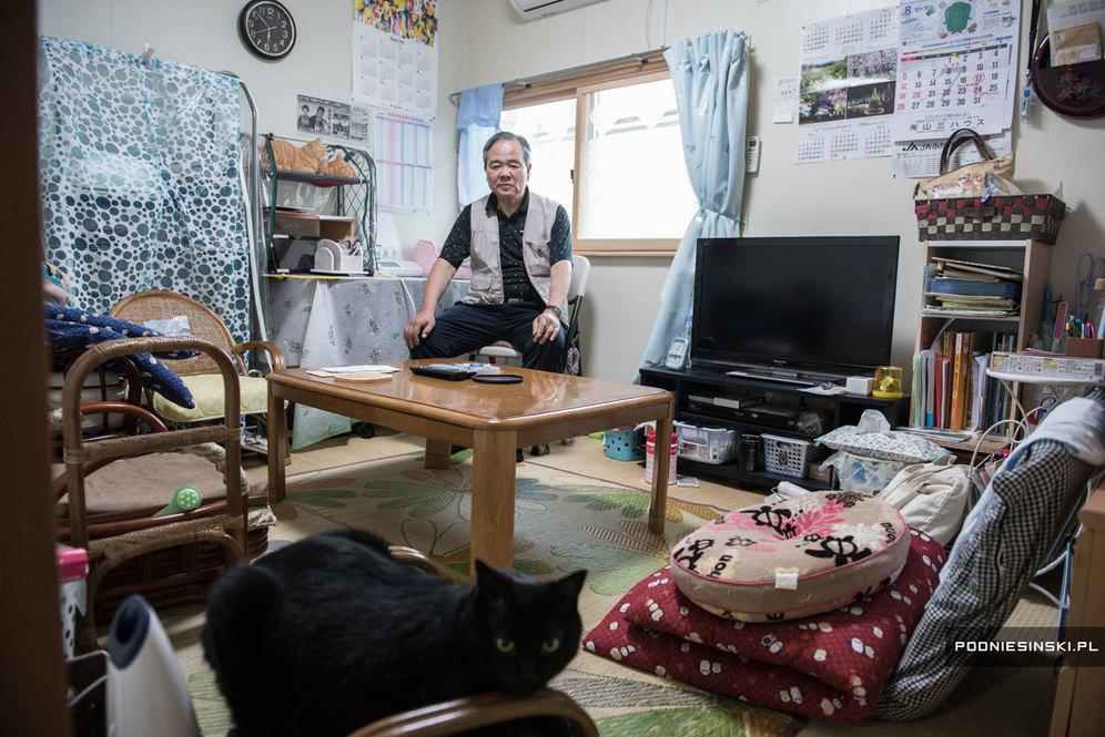 Коути Нодзава, муж Йоуко, в одной из комнат временного жилища