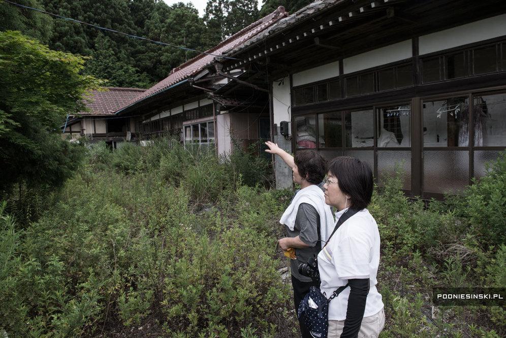 Юкико Тайдзири показывает дом, в котором она жила до эвакуации