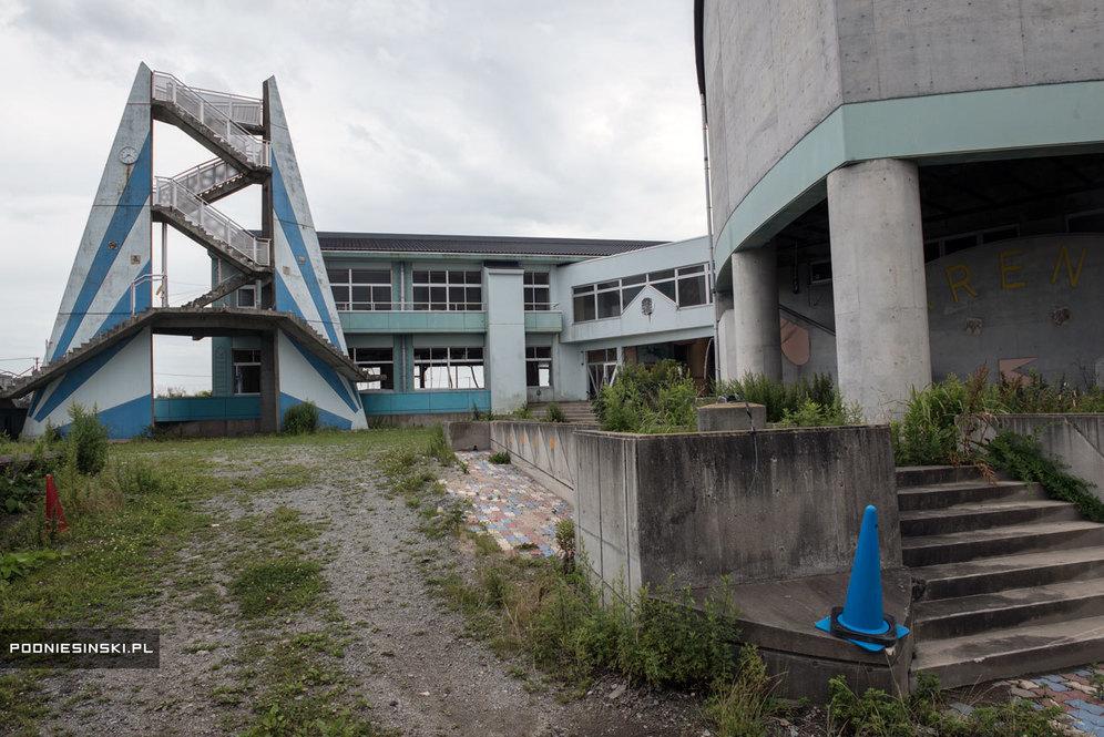 Здание школы, расположенное всего в 300 метрах от океана. Одна из немногих построек, выдержавших удар волны цунами. Слева на башне часы, остановившиеся в момент трагедии