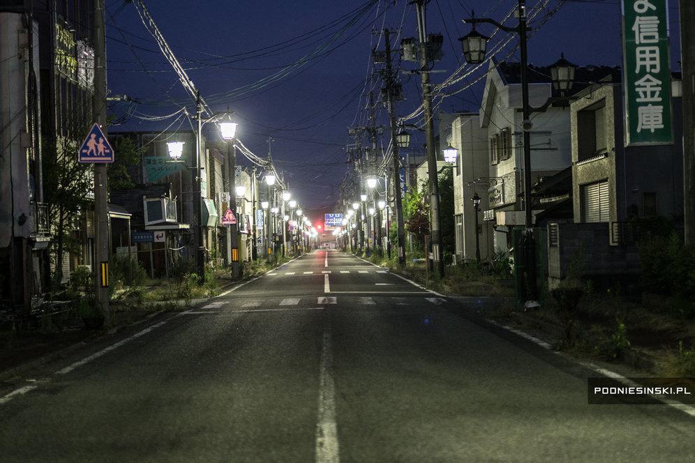 Город Намиэ ночью. Несмотря на то, что район полностью заброшен, уличное освещение исправно функционирует. Работают и светофоры