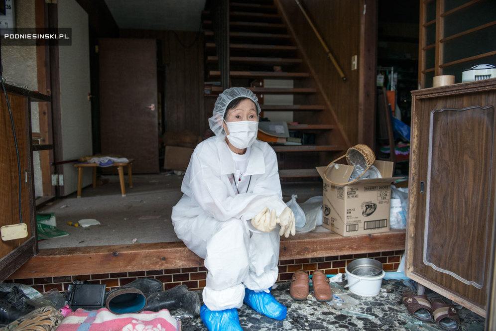 Мицури Тани на входе в свой дом