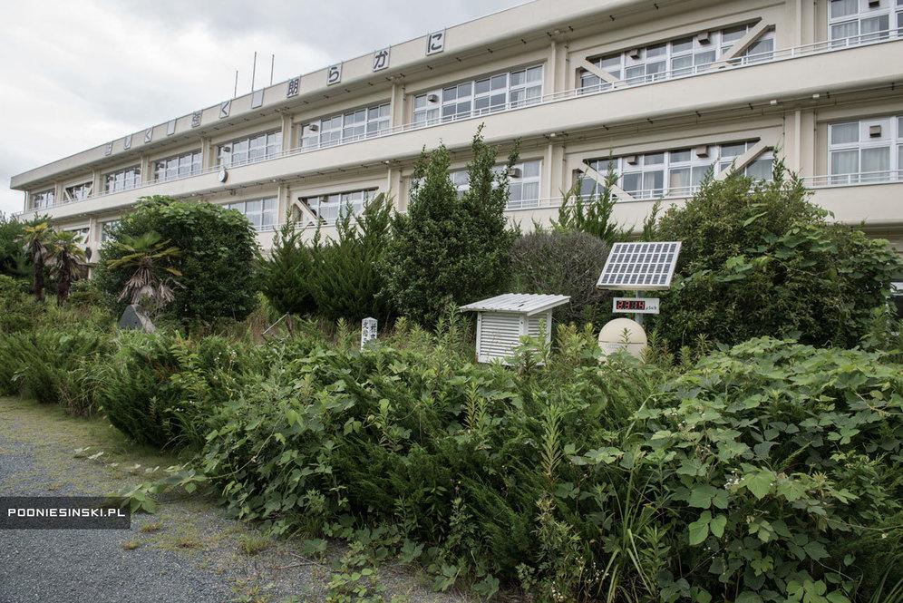Школа в Футабе. На дозиметре уровень радиации: 2,3 микрозиверта в час (безопасным считается показатель в 0,5)
