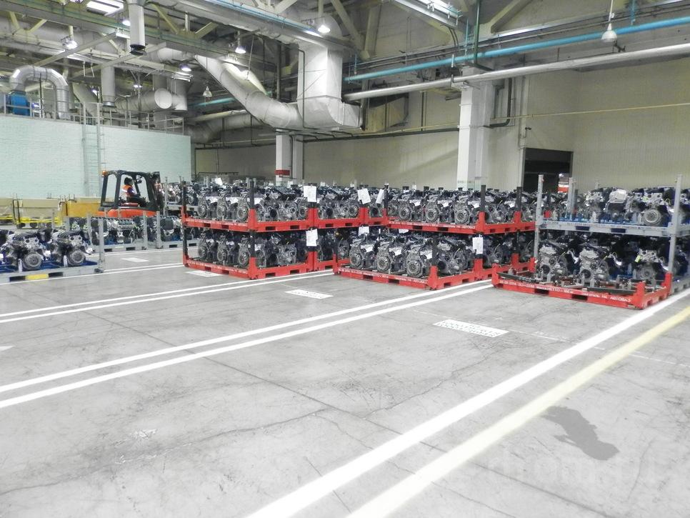 Участок логистики. Моторы в красной таре будут отправлены на сборку XRAY и на «Автофрамос»