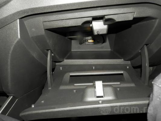 Перчаточный ящик, он же бардачок. В его глубине прячется закрытый заглушкой диагностический разъем OBD-II