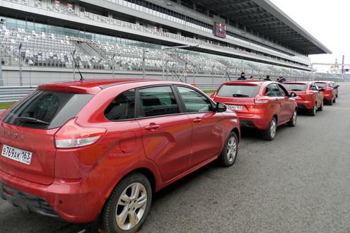 Колонна Иксреев на трассе Формулы 1 Сочи Автодрома, где с 28 апреля по 1 мая этого года пройдет очередной этап Чемпионата мира